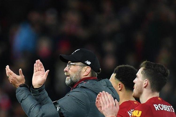 Juergen Klopp dan Andy Robertson seusai laga Liverpool vs West Ham pada pekan ke-27 Liga Inggris 2019-2020.
