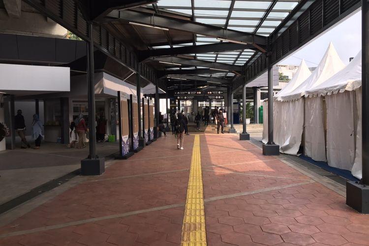 Lorong masuk menuju Stasiun Tebet, Jakarta Selatan pada Selasa (28/9/2021) sore.