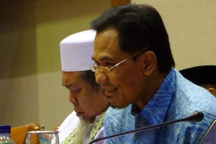 Juru Bicara Front Pembela Islam (FPI) Munarman dalam rapat dengar pendapat umum di Kompleks Parlemen, Senayan, Jakarta, Selasa (31/5/2016)