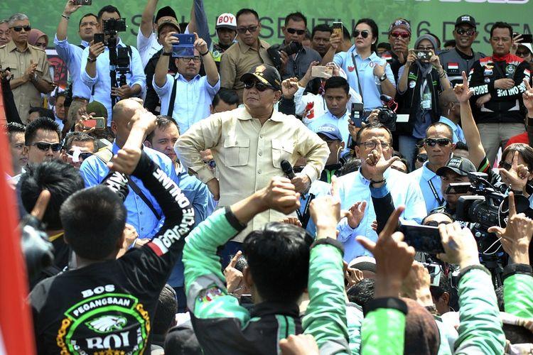 Calon Presiden no urut 02 Prabowo Subianto (tengah) menyampaikan sambutan dalam Kopi Darat (Kopdar) Ojek Online (Ojol) Menuju Perubahan Indonesia 9 (Kompi 9) di lapangan parkir Sirkuit Internasional Sentul, Kabupaten Bogor, Jawa Barat, Minggu (16/12/2018). Kopdar Ojol yang diselenggarakan Forum Gabungan Roda 02 (Forgab) yang diikuti sedikitnya 8 ribu anggota relawan ojol derap aspirasi-02 tersebut sebagai bentuk dukungan untuk pasangan calon Presiden dan calon Wakil Presiden Prabowo Subianto dan Sandiaga Uno dalam Pemilihan Presiden 2019. ANTARA FOTO/Arif Firmansyah/pd.
