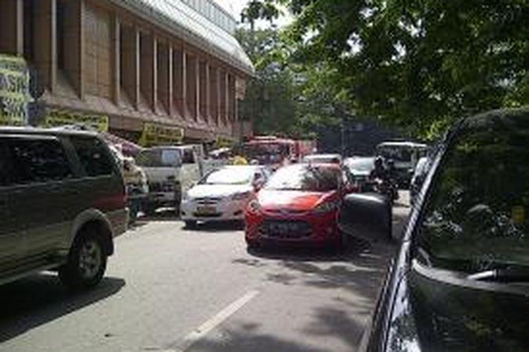 Pembongkaran kios pedagang di Stasiun Cikini membuat kemacetan di sepanjang Jalan Cikini hingga Pasar Kembang, Kamis (22/8/2013).