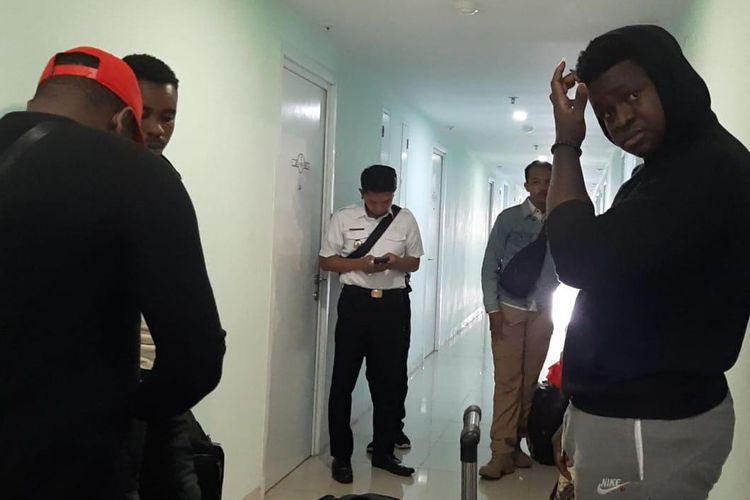 Sejumalh warga asal berbagai negara di Afrika yang diamankan di Apartemen Green Pramuka City, Jakarta Timur,  Kamis (24/10/2019), karena overstay.