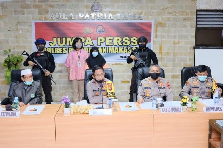 Pelaku pelempar Al Quran INC (jilbab hitam), saat konferensi pers di aula Polres Pelabuhan Makassar, Jumat (10/7/2020).