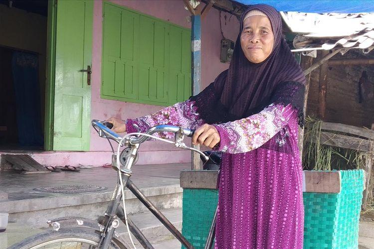 Tri Darini (53), penjual kerupuk asal Dukuh Kenangan RT 003, RW 004, Desa Sribit, Kecamatan Delanggu, Kabupaten Klaten, Jawa Tengah naik haji setelah 28 tahun mengumpulkan uang, Jumat (5/7/2019).