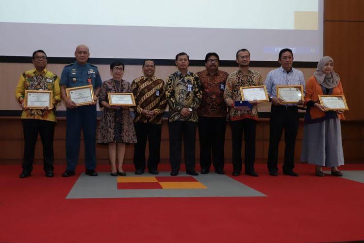 Kepala Biro Keuangan BKN, Wahyu, menerima penghargaan IKPA Award dari Kepala Kanwil Wilayah Direktorat Jenderal Perbendaharaan Negara (DJPBN) Provinsi DKI Jakarta, Ludiro di kantor Wilayah DJPBN Provinsi DKI Jakarta, Jakarta Timur, Selasa (18/2/2020).