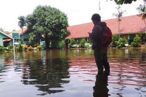 Banjir, Ratusan Pelajar SD 07 dan 08 Duren Sawit Diliburkan