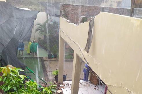 Diterjang Angin Kencang, Dinding Lantai Dua SMP di Solo Ambrol