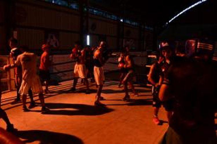 Petinju yang akan diberangkatkan ke SEA Games berlatih tanding di atas ring di Gedung Nanggala, Cijantung, Jakarta Timur, Rabu (31/7/2013).
