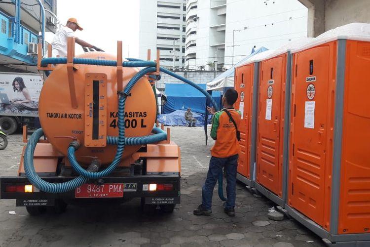 Toilet portabel yang disediakan Pemkot Jakarta Utara bagi korban kebakaran di Kampung Bandan, Ancol, Pademangan, Jakarta Utara, Senin (13/5/2019). Setiap hari Pemkot Jakarta Utara menyediakan 8000 liter air bersih untuk sanitasi masyarakat.
