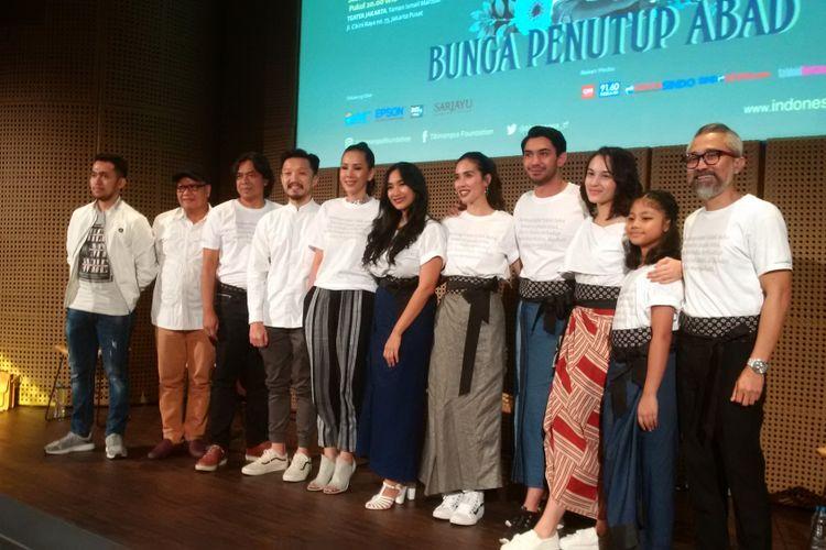 Produser, sutradara, dan para pemain pementasan teater Bunga Penutup Abad menggelar jumpa pers di Galeri Indonesia Kaya (GIK), Grand Indonesia, Jakarta Pusat, Rabu (31/10/2018).