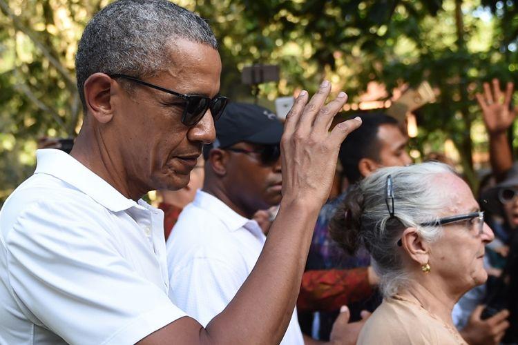 Mantan presiden AS Barack Obama memberi isyarat saat mengunjungi Kuil Tirtha Empul di Desa Tampaksiring, Gianyar, Bali, Selasa (27/6/2017). Obama berlibur ke Indonesia selama 10 hari dan berencana mengunjungi sejumlah kota, yaitu Bali, Yogyakarta, dan Jakarta.