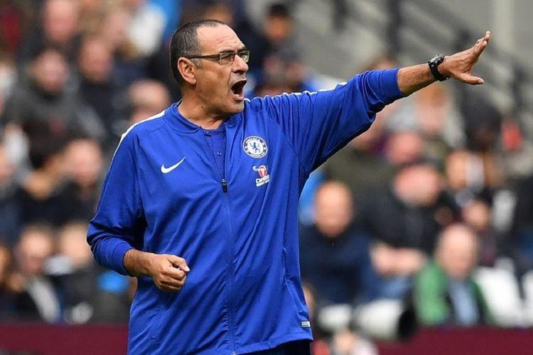 Maurizio Sarri memberi instruksi kepada para pemain Chelsea pada laga versus West Ham United di Stadion London, 23 September 2018.