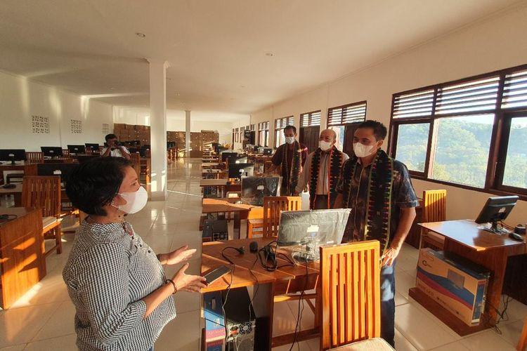 Dirjen Vokasi Wikan Sakarinto saat meninjau pembangunan Unit Sekolah Baru (USB) yakni SMKN 3 Komodo Labuan Bajo, di Kabupaten Manggarai Barat, Nusa Tenggara Timur (NTT) pada Minggu, 20 Juni 2021.