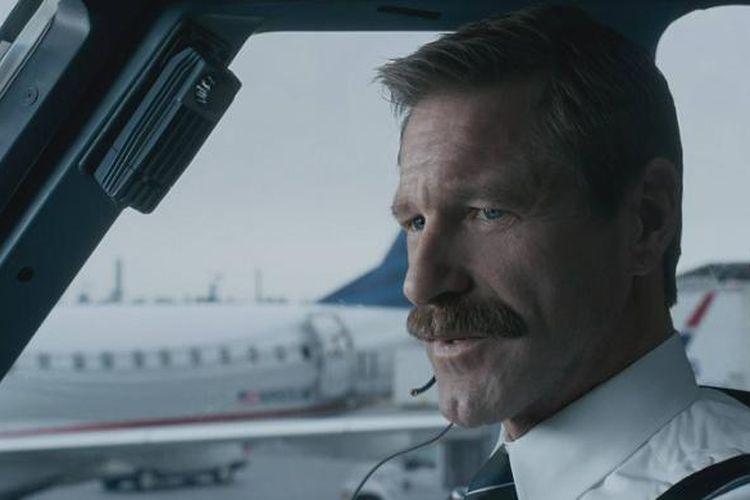 Adegan dalam film Sully, kisah heroik pilot mendaratkan pesawat terbang di Sungai Hudson, AS, karena kedua mesinnya mati.