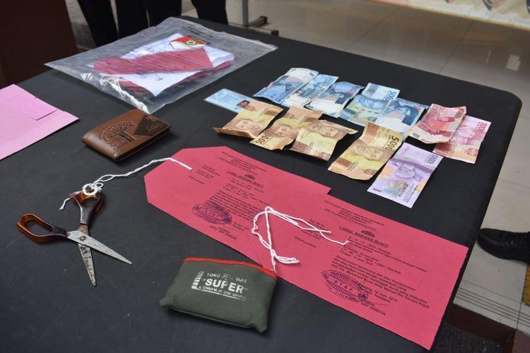 Sejumlah barang bukti yang disita polisi dari tersangka Mamet setelah melakukan aksi pembunuhan terhadap Awis (70) ditunjukkan dalam konferensi pers di Mapolres Karawang, Senin (24/06/2019).