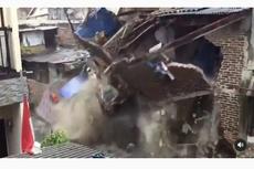 Viral, Video Detik-detik Rumah Roboh di Bantaran Sungai Kota Bandung