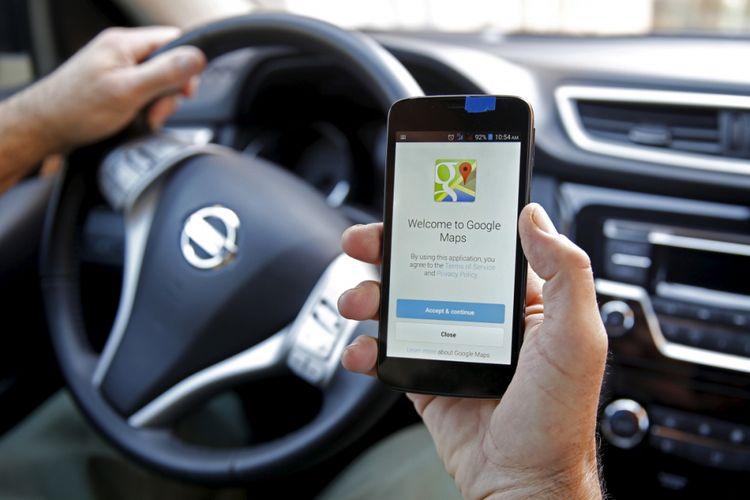 Pengemudi menggunakan Google Maps saat berkendara.