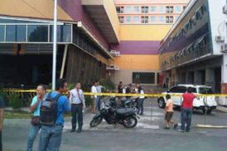 Beberapa bangunan di kota Manado mengalami kerusakan akibat gempa berkekuatan 7.3 SR di Maluku Utara, Sabtu (15/11/2014)