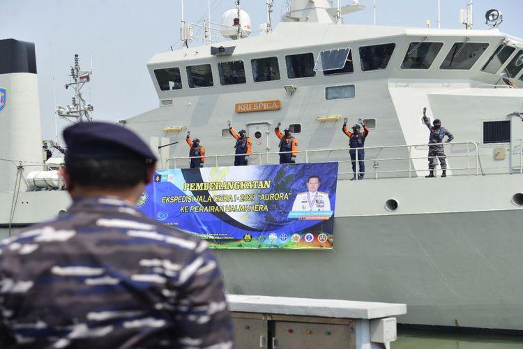 KRI Spica-934 membawa tim ekspedisi penelitian Jala Citra I Aurora ke Halmahera, Maluku, Selasa (3/8/2021).