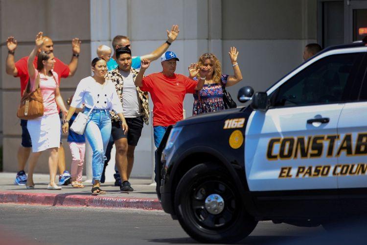 Pengunjung Walmart di El Paso, Texas, keluar dari dalam toko usai insiden penembakan massal, Sabtu (3/8/2019).