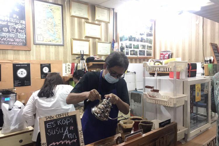 Mantan Kepala Satuan Tugas Pembelajaran Antikoripsi Komisi Pemberantasan Korupsi (KPK) Hotman Tambunan, di Kedai TABe Coffe, Blok M Square, Jakarta Selatan, Kamis (14/10/2021).