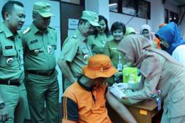 Sebanyak 450 petugas penanganan prasarana dan sarana umum (PPSU) serta petugas harian lepas (PHL)