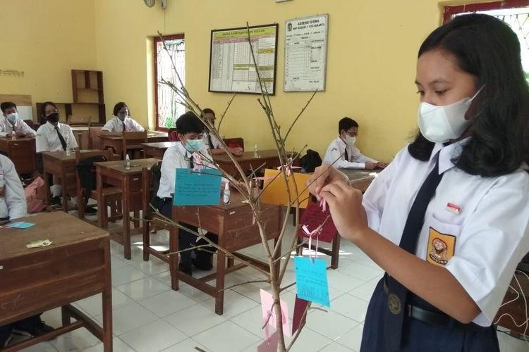 Kegiatan siswa SMPN 1 Yogyakarta menggantungkan mimpi dan harapan setelah mempresentasikan di depan teman-temannya pada simulasi sekolah tatap muka.