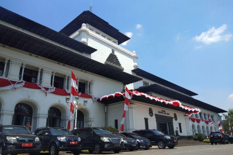 Aktivitas pegawai di Kantor Gubernur Jawa Barat atau Gedung Sate kembali berangsur normal setelah 40 pegawai dinyatakan positif Covid-19.