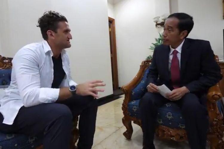 Vlogger kondang asal Amerika Serikat, Casey Neistat berbagi pengalaman saat duduk bareng dan ngobrol singkat dengan Presiden Joko Widodo.