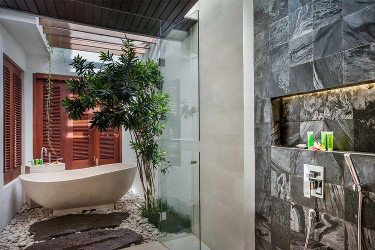 Tanaman hijau di kamar mandi berkonsep terbuka karya OG Architects.