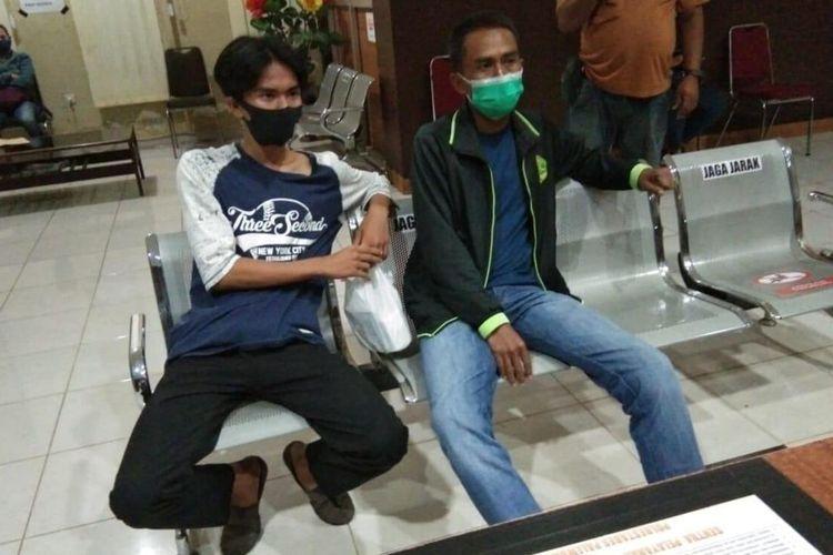 Willy (17) bersama ayahnya yang menjadi korban begal dengan modus motor mogok saat membuat laporan di Polrestabes Palembang, Rabu (19/8/2020).