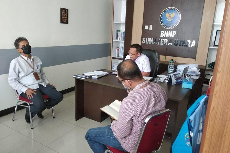 Kepala Ombudsman RI Perwakilan Sumut, Abyadi Siregar meninjau ruang tahanan BNN Sumut di Jalan Balai Pom, Medan Estate, Kecamatan Percut Sei Tuan, Kabupaten Deli Serdang, Selasa (18/5/2021) sore. (KOMPAS.com/DANIEL PEKUWALI)