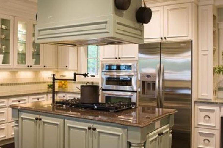 Untuk mengakali keterbatasan ruang, Anda bisa membuat kitchen island atau meja di tengah-tengah dapur.