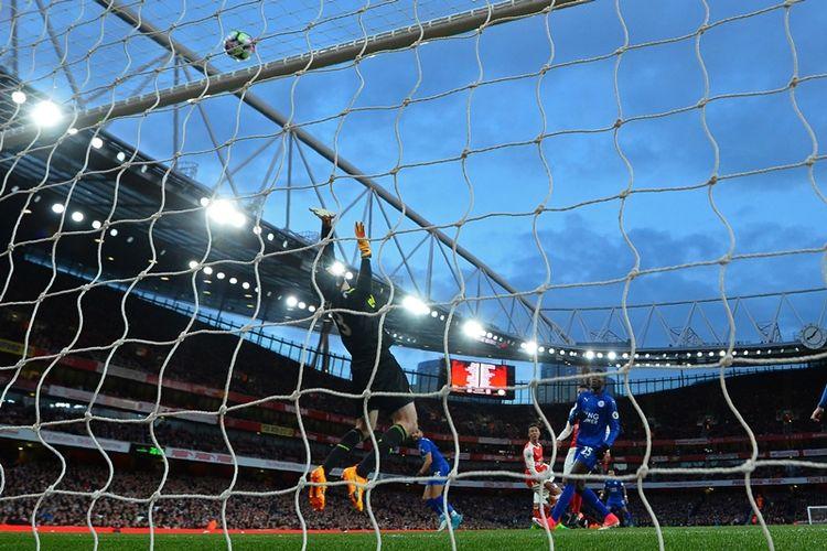 Penjaga gawang Arsenal, Petr Cech, melakukan aksi penyelamatan untuk menepis tendangan pemain Leicester City dalam pertandingan Premier League di Emirates Stadium, Rabu (26/4/2017).