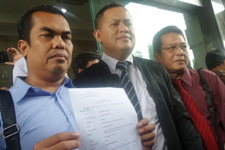 Kuasa hukum Jusuf Kalla, M Ihsan melaporkan Ketua Umum Solmet Sylvester Matutina atas dugaan fitnah dan pencemaran nama baik ke Bareskrim Polri, Jakarta, Senin (29/5/2017).