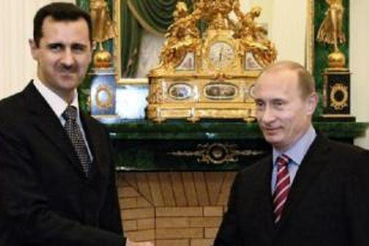 Presiden Rusia Vladimir Putin dan Presiden Suriah Bashar al-Assad saat bertemu di Moskow akhir tahun 2006. Presiden Assad telah memulihkan perjanjian persahabatan tahun 1980 antara Suriah dan Rusia.