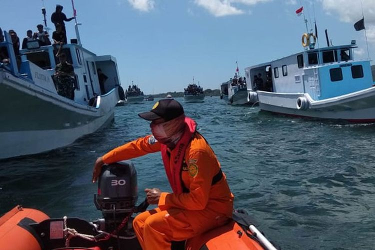 Sebanyak 19 personel Basarnas Maumere melakukan pengamanan prosesi Laut Semana Santa di Panti Paloh Larantuka, Flores Timur, Nusa Tenggara Timur, Jumat (19/4/2019).