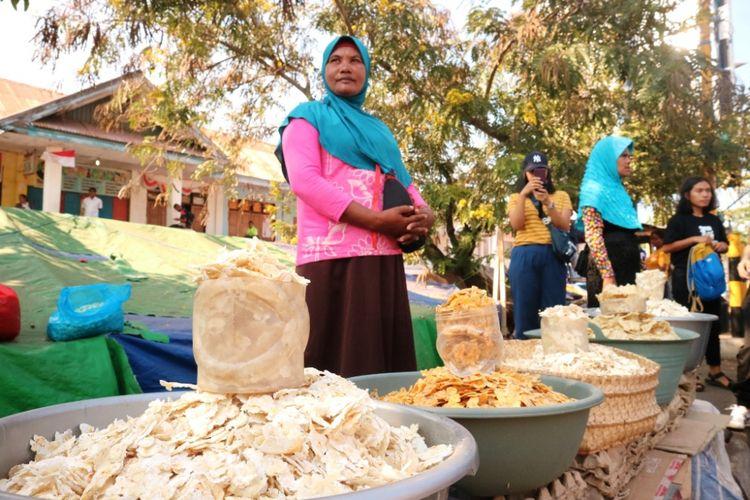 Penjual jagung titie di Pasar Baru Larantuka, sebagai salah satu makanan khas dari Larantuka, Flores, NTT, Jumat (12/10/2018).