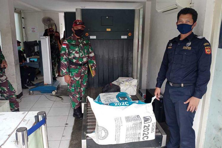 Tim Patroli Satgas Yonif R 641/Bru yang bertugas di perbatasan Indonesia-Malaysia di Kecamatan Sekayam, Kabupaten Sanggau, KalimantanBarat, menggagalkan penyeludupan obat ilegal dari Malaysia.