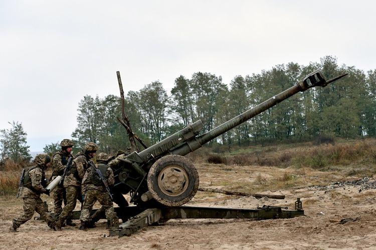 Tentara Ukraina saat mengikuti latihan militer di dekat kota Divychky, 80 kilometer dari Kiev, pada Oktober 2017.