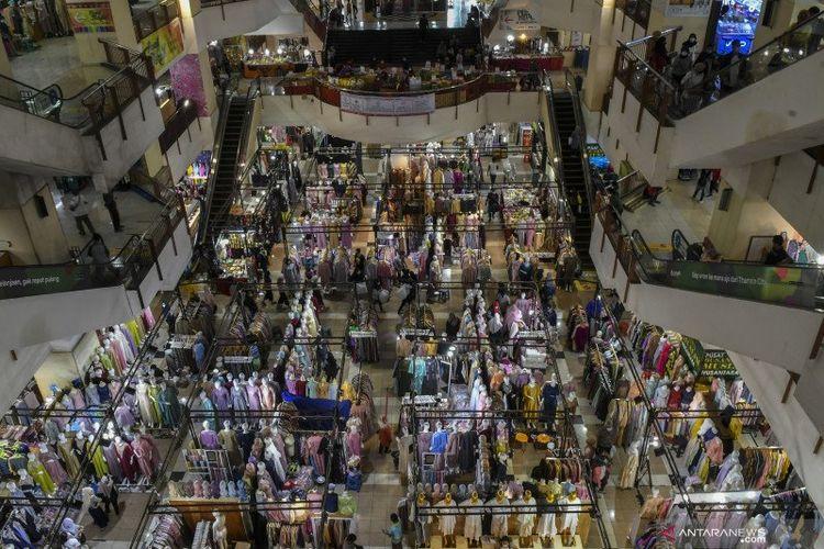 Suasana pusat perbelanjaan Thamrin City di Jakarta, Senin (3/5/2021). Warga mulai mendatangi mal atau pusat perbelanjaan untuk berbelanja menyambut Idul Fitri 1442 Hijriah.
