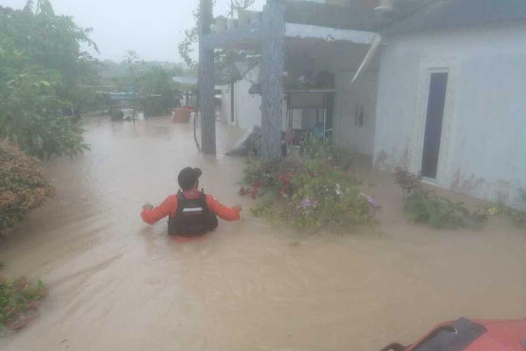 Dua hari diguyur hujan deras sejak, Jumat (1/1/2021) hingga, Sabtu (2/1/2021) malam tadi, sebagian wilayah kota Tanjungpinang, Kepulauan Riau (Kepri) terendam air. Bahkan ada wilayah Tanjungpinang yang tinggi genangan airnya mencapai dua meteran, yakni tepatnya berada di batu 9, Tanjungpinag. Dan hingga Minggu (3/1/2020) genangan air tetap ada, namun berangsur mulai surut.
