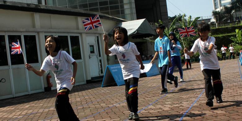 Siswa sekolah dasar bermain permainan tradisional di halaman Kedutaan Besar Inggris Jakarta Pusat, Rabu (18/42012). Kedutaan besar Inggris akan dibeli secara paksa oleh Pemda DKI Jakarta.