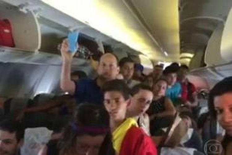 Para penumpang maskapai Gol yang akan terbang dari Rio de Janeiro menuju Sao Paulo menolak diberangkatkan setelah sistem pendingin udara di dalam kabin mati yang membuat suhu melonjak hingga 40 derajat Celcius.