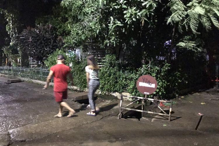 Seorang anak bernama Rizki Febriansyah (5) hanyut terbawa aliran air Saluran Penghubung Air (PHB) Pondok Karya Jalan Pondok Karya III Komplek Polri RT 03/RW 04, Pondok Karya, Mampang Prapatan, Jakarta pada Minggu (1/11/2020) sekitar pukul 15.30 WIB.