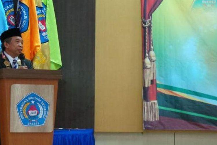 Pelawak Nurul Qomar atau Komar Empat Sekawan memberikan sambutan saat ia dilantik menjadi Rektor Universitas Muhadi Setiabudi di Brebes, Jawa Tengah, Kamis (9/2/2017).