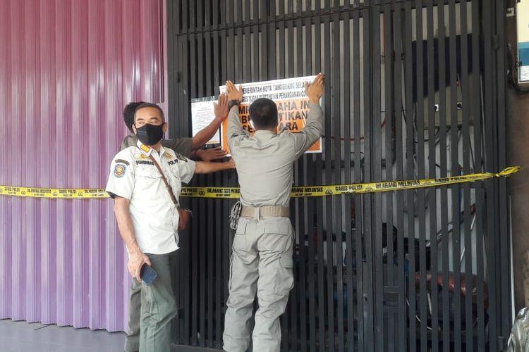 Satpol PP Tangerang Selatan menyegel rumah pijat dan spa di kawasan Serpong karena beroperasi di tengah pembatasan sosial berskala besar (PSBB), Rabu (7/10/2020)