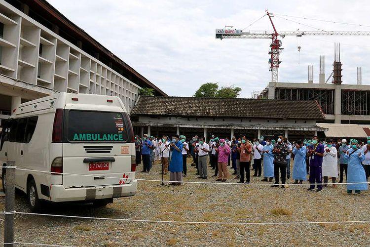 Para petugas medis di Rumah Sakit Umum Zainal Abidin (RSUZA)  Banda Aceh mengikuti shalat jenazah untuk almarhum dokter Imay Indra di pelataran parkir rumah sakit, Rabu (2/9/2020). Meninggalnya dokter Imay Indra setelah menjalani perawatan akibat terpapar virus corona atau Covid-19 ini menjadi kasus yang pertama di Aceh.