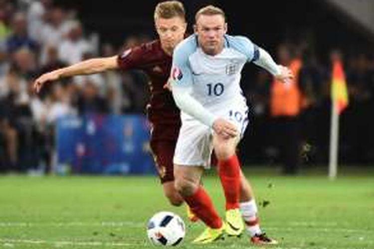 Kapten tim nasional Inggris, Wayne Rooney (depan), tampil dalam laga Grup B Piala Eropa 2016 kontra Rusia, di Stade Velodrome, Marseille, pada Sabtu (11/6/2016) waktu setempat.