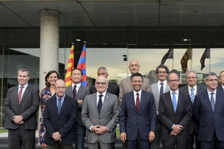 Anggota Dewan Direktur Barcelona termasuk Emili Rousaud (paling kiri) berpose pada 20 Juli 2015 setelah Josep Maria Bartomeu terpilih kembali sebagai Presiden Barcelona mengalahkan Joan Laporta.